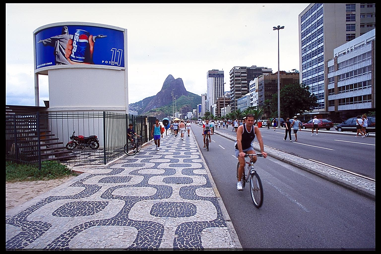http://www.ianskipworth.com/photo/pcd1403/ipanema_rio_13_4.jpg